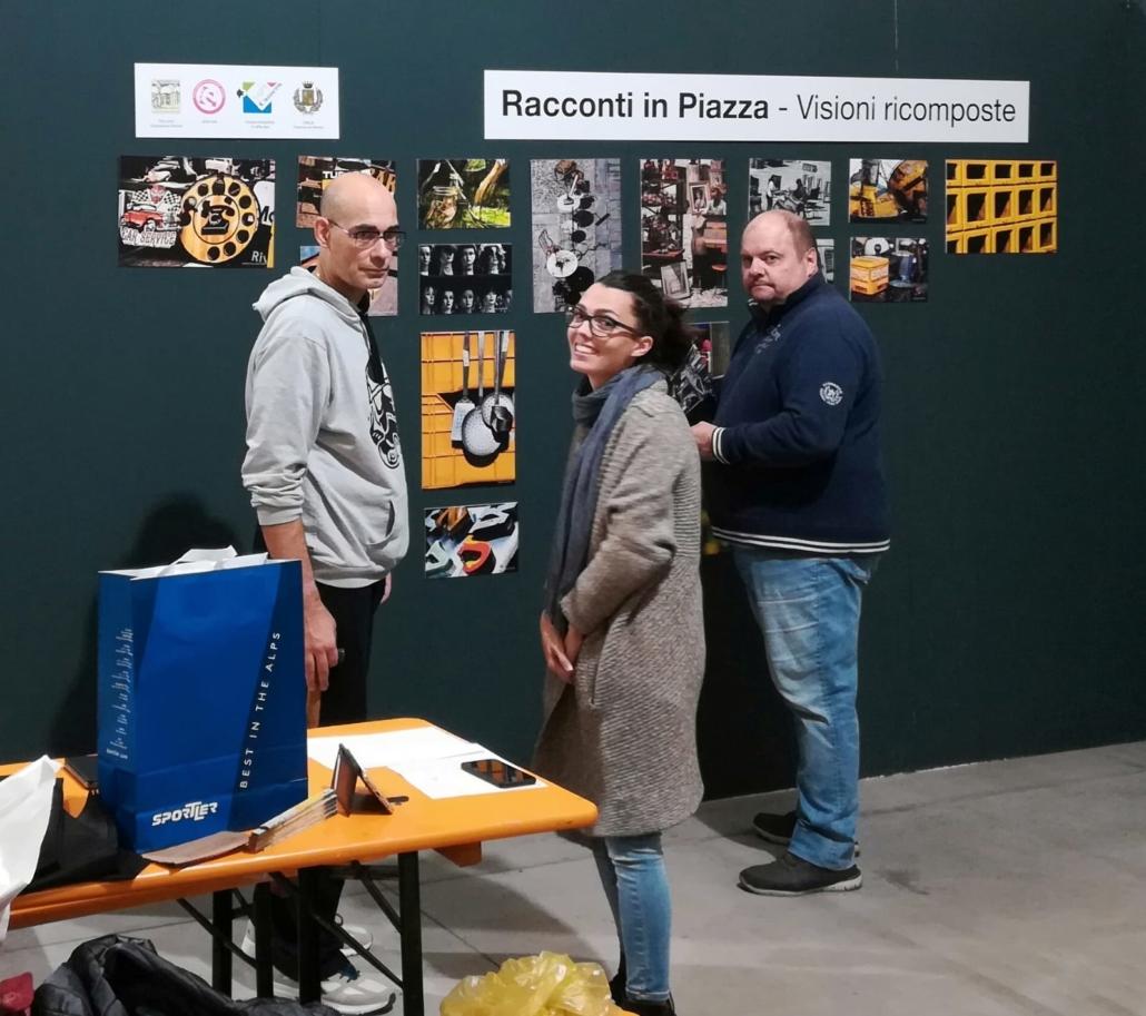 alcuni volontari lightcamera durante l'allestimento della mostra 2019